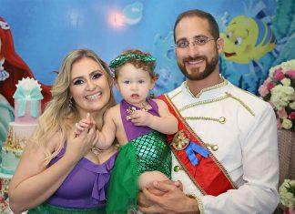 Sophia com seus pais Priscilla e André Barboza