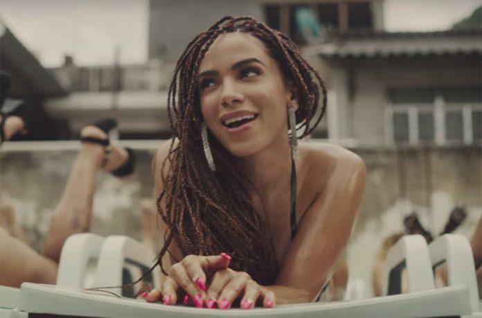 A cantora Anitta em cena do clip musical