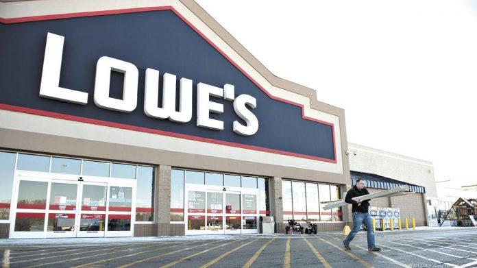 Atualmente, a Lowe's emprega 250 mil pessoas e a Home Depot tem 400 mil funcionários