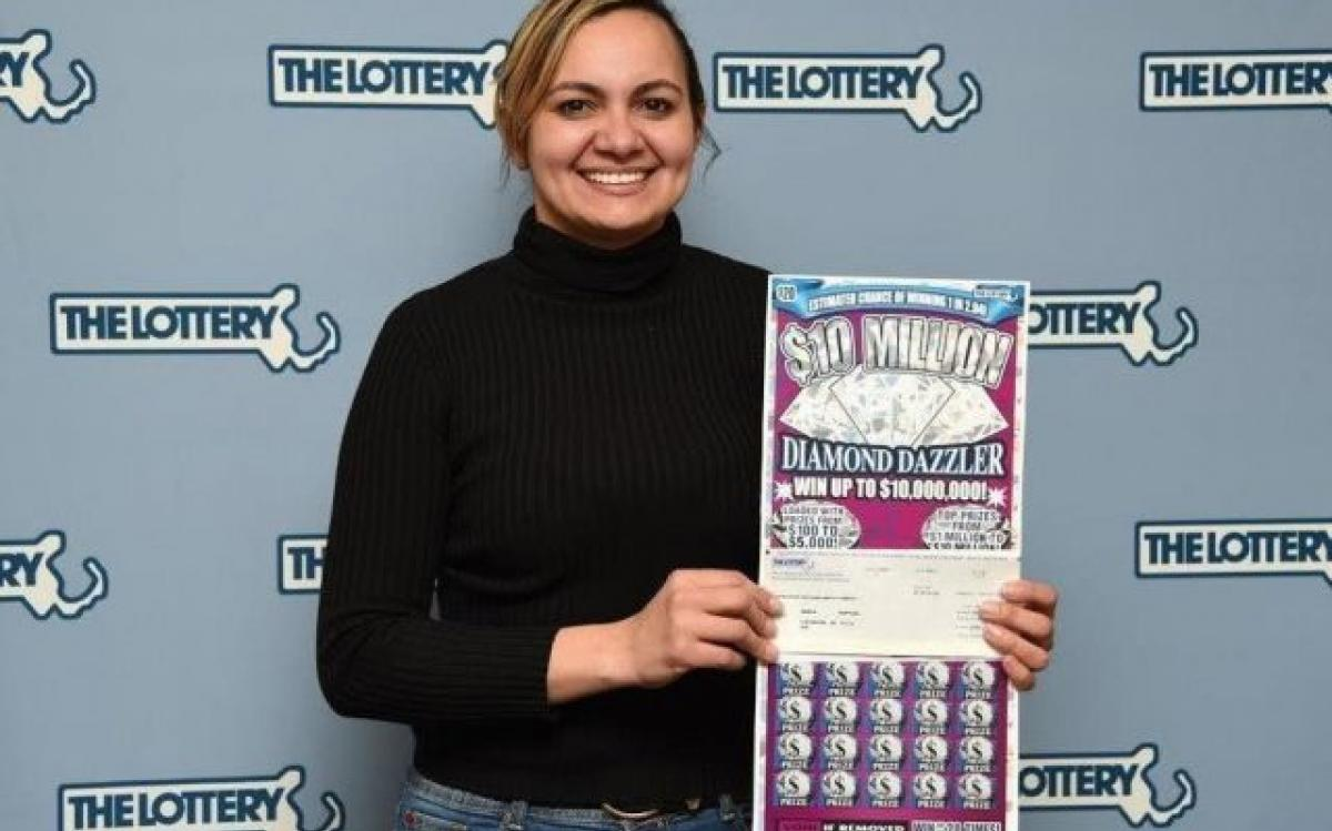 Edneia ganhou o prêmio máximo da raspadinha FOTO Massachusetts State Lotery