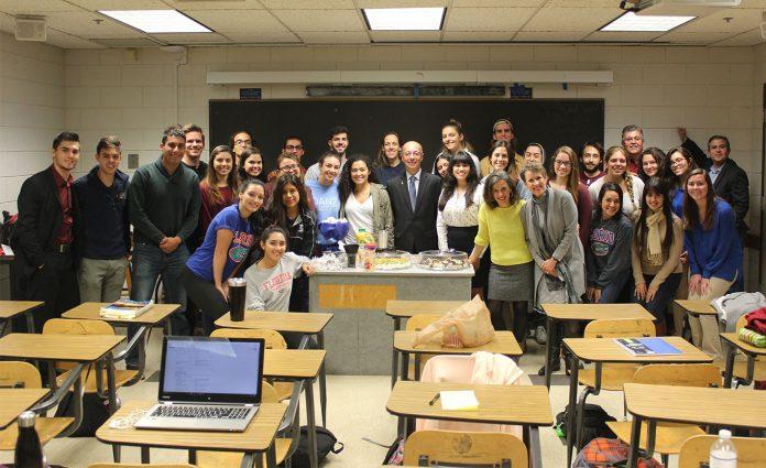 Embaixador Adalnio Senna Ganem, com professores e alunos da UF que fazem o projeto em português acontecer