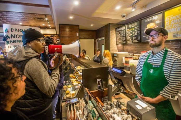 A Starbucks foi alvo de protestos de apoiadores dos movimentos negros FOTO AP