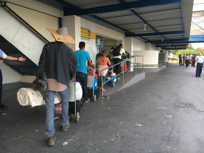 Imigrantes venezuelanos foram levados em ônibus até o Aeroporto Internacional de Boa Vista, onde embarcaram com destino a São Paulo (Foto: Emily Costa G)