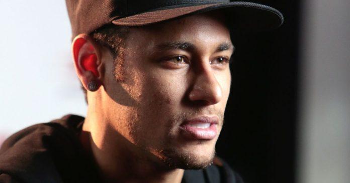 Neymar passou por uma cirurgia para corrigir uma fissura no quinto metatarso do pé direito