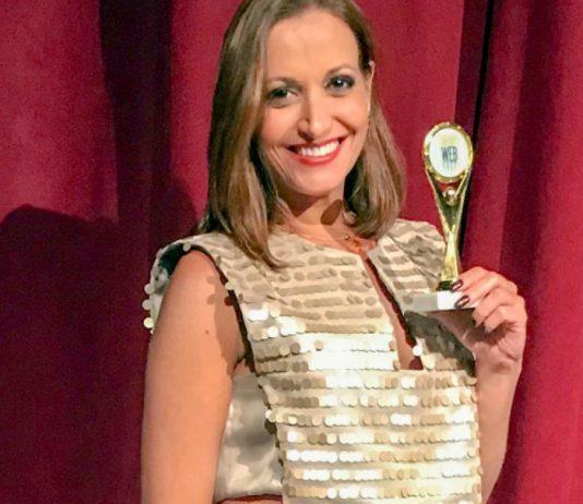 Ariane Rocha exibe prêmio conquistado em Miami