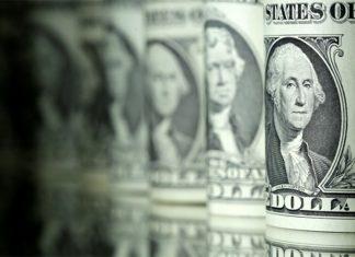 Dólar opera em alta