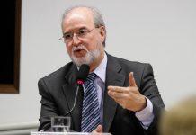 Por decisão do juiz Luiz Carlos Rezende e Santos, Azeredo fica dispensado do uso de uniformes prisionais e de algemas