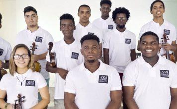 Os músicos são provenientes de comunidades de baixa renda no Rio de Janeiro e têm idades entre 14 e 20 anos