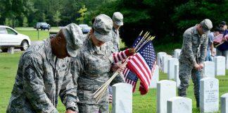 Combatentes prestam homenagem aos companheiros mortos em batalhas