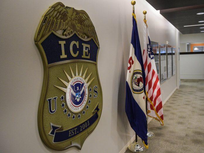 Ex-agente de imigração furtou dezenas de identidades de imigrantes