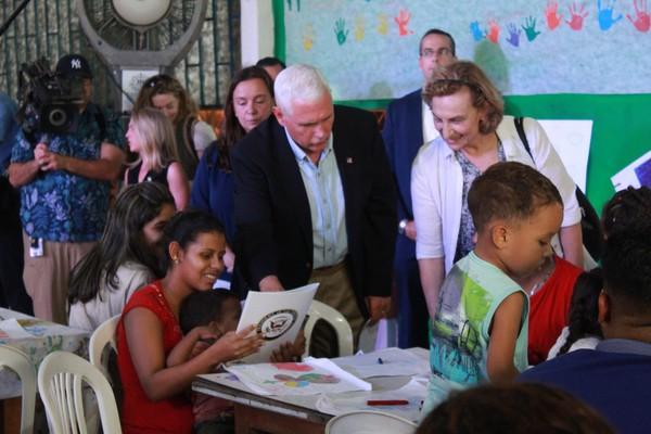 Mike Pence conversa com venezuelanos em Manaus Foto Camila Henriques G1