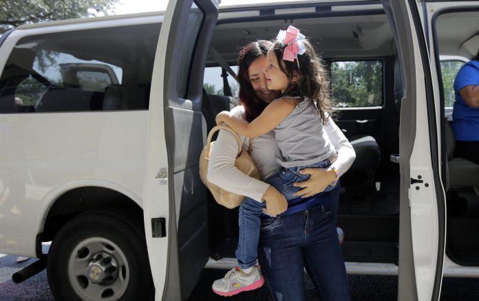 A brasileira Natália pegou de volta sua filha em San Antonio no Texsa FOTO Eric Gay AP