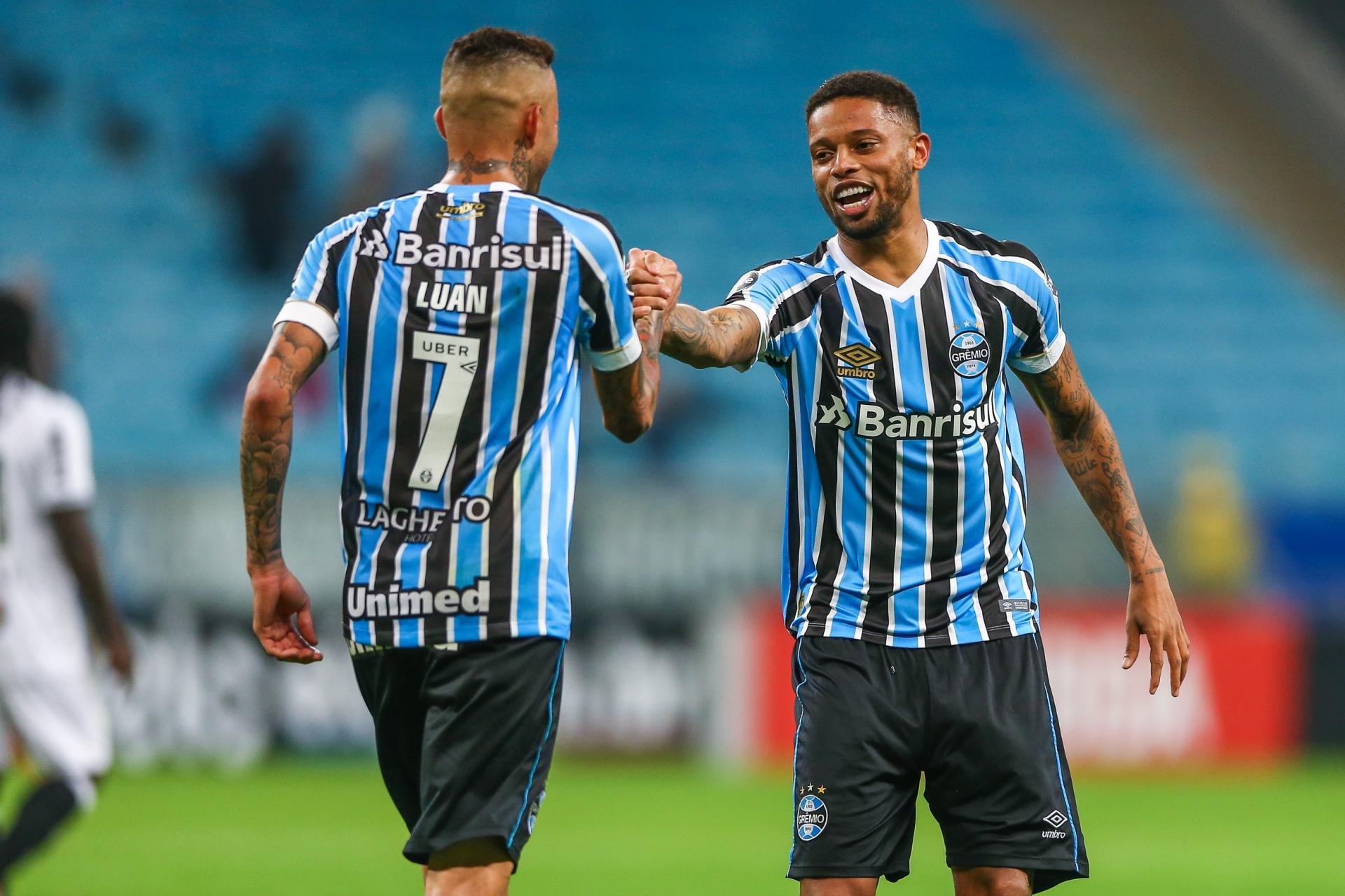 André comemora com Luan o segundo gol de Grêmio ao vencer o Galo por 2 a 0