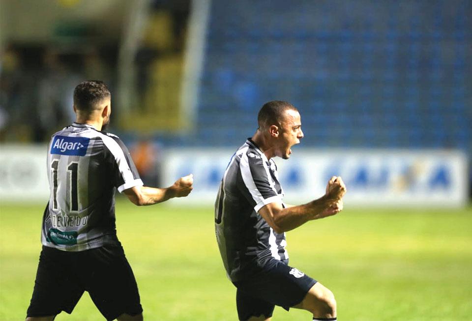 Arthur e Felipe Azevedo comemoram gol que deu a vitória ao Vovô