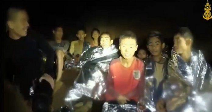 Equipes tentam resgatar as 13 pessoas presas em caverna