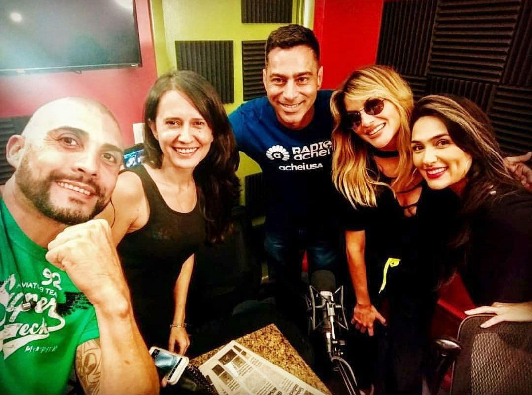 DJ Khrizz, Maria Cecilia, DJ Lupa, DJ Cady com Suzanna Alcântara no estúdio da Radio Achei