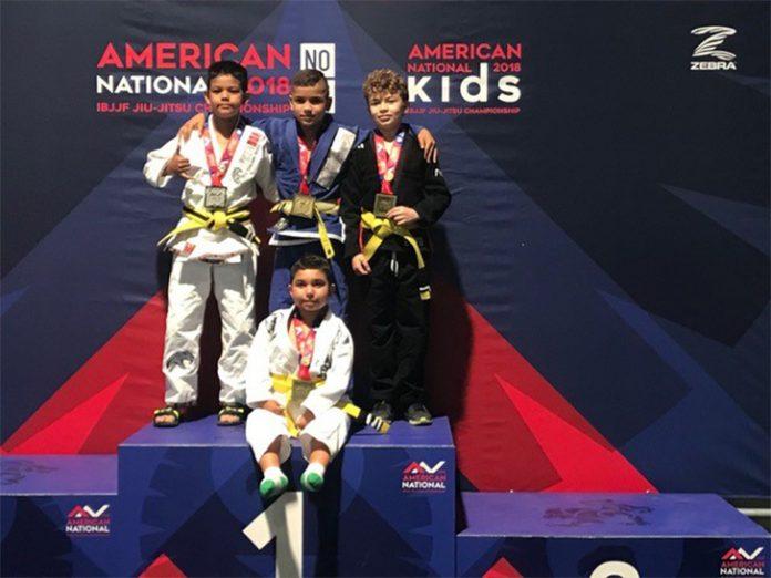 Jorge Fernandes (de pé ao centro), de nove anos, mais conhecido como 'Jorjão' representou a Flórida e venceu o National Jiu-jitsu Competition em Las Vegas