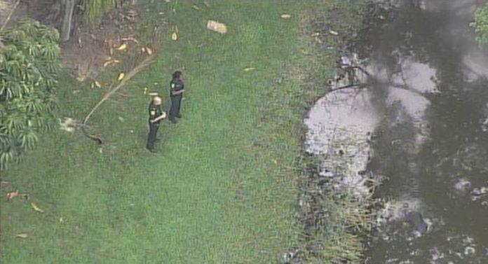 Polícia encontrou corpo de homem boiando em lago