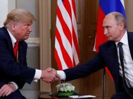 Presidentes Donald Trump e Vladimir Putin se cumprimentam no início de encontro em Helsinque, na Finlândia, nesta segunda-feira (16) (Foto Kevin Lamarque Reuter