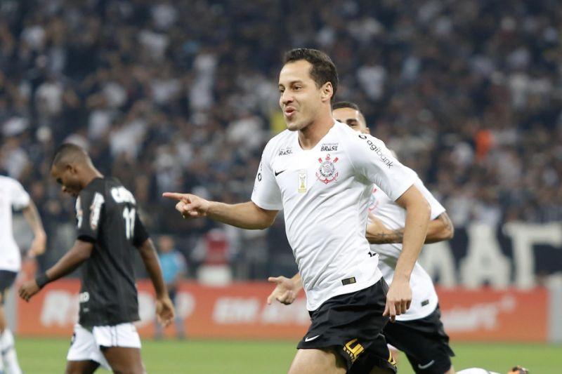 Rodriguinho marca duas vezes na vitória do Corinthians sobre o Botafogo