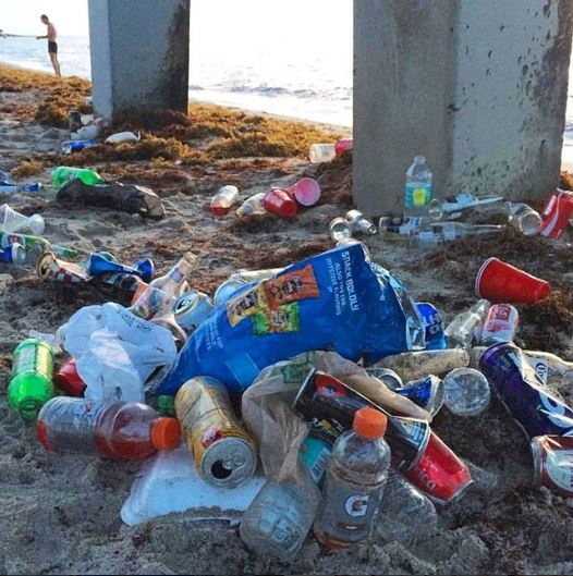 Sujeira registrada na praia de Deerfield Beach FOTO: Island Water Sports