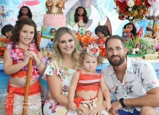 A aniversariante Victoria com os pais Priscila e André e a irmãzinha Sophia