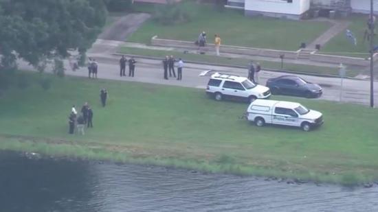 Policiais tiraram a menina da água, mas já era tar
