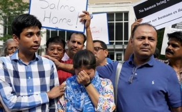 Salma chora entre o marido e o filho com medo de ser deportada