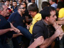 Bolsonaro é retirado às pressas por seguranças FOTO Estadão Conteúdo