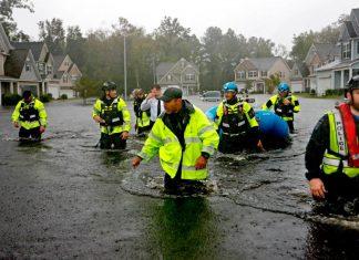 Bombeiros com água pela cintura na Carolina do Norte FOTO CNN
