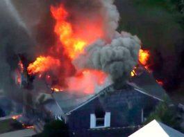 Imagem de vídeo mostra incêndio em casa em Lawrence, Massachusetts, na quinta-feira (13) — Foto WCVB via AP
