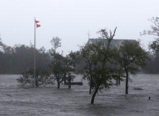 Ventos e ondas causados pelo furacão Florence são sentidos em área alagada de Swansboro, na Carolina do Norte, nesta sexta-feira (14) — Foto Tom Copeland AP