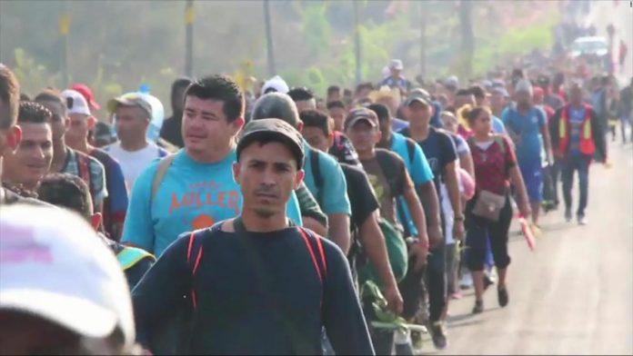 Em 2018, inúmeras caravanas saíram de San Pedro Sula e enfrentaram os militares e policiais mobilizados por Donald Trump na fronteira México (foto: CNN)