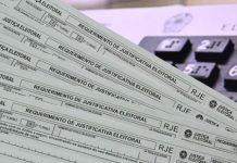 Eleitores brasileiros são obrigados a justificar o voto