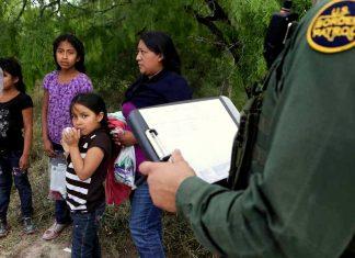 Um número expressivo de pessoas detidas na fronteira dos EUA (detalhe) ainda aguarda audiências nos tribunais de imigração