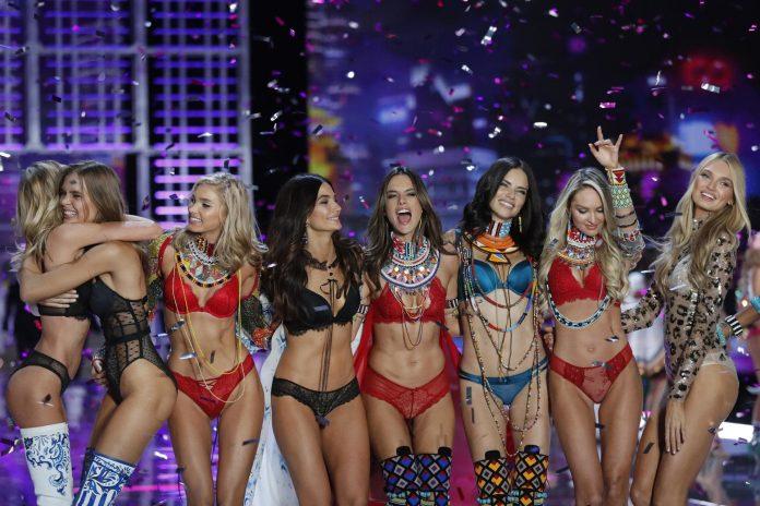 As beldades que desfilam as lingeries da VS (Foto: AP/Andy Wong)
