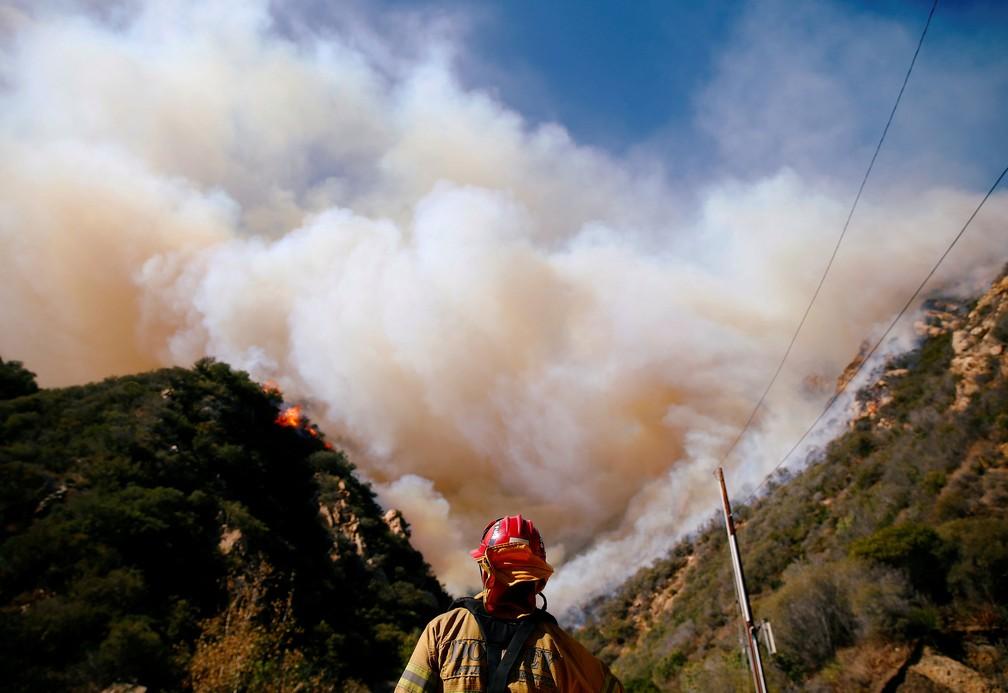 Bombeiros lutam contra o incêndio de Woolsey enquanto continua a queimar em Malibu, na Califórnia, no domingo (11) — Foto Eric Thayer Reuters