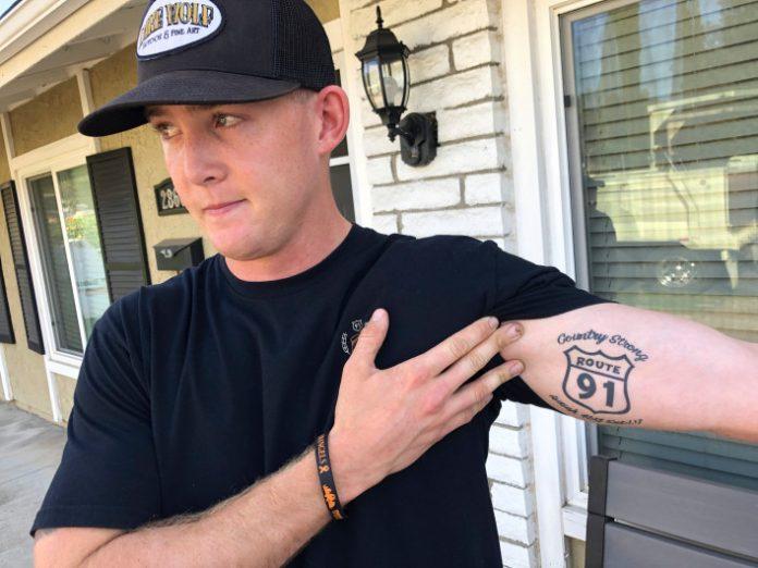 Brendan Kelly mostra a tatuagem que fez na época do atentado de Las Vegas e agora passou pela mesma situação (AP Photo/Ryan Pearson)
