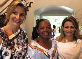 A anfitriã Rejane de Paula, Rita Teixeira e Carol Melo