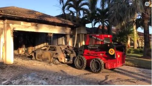 Carros ficaram completamente destruídos pelo fogo