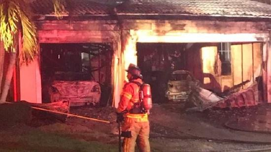 Carros foram completamente destruídos pelo fogo Foto Sunsentinel