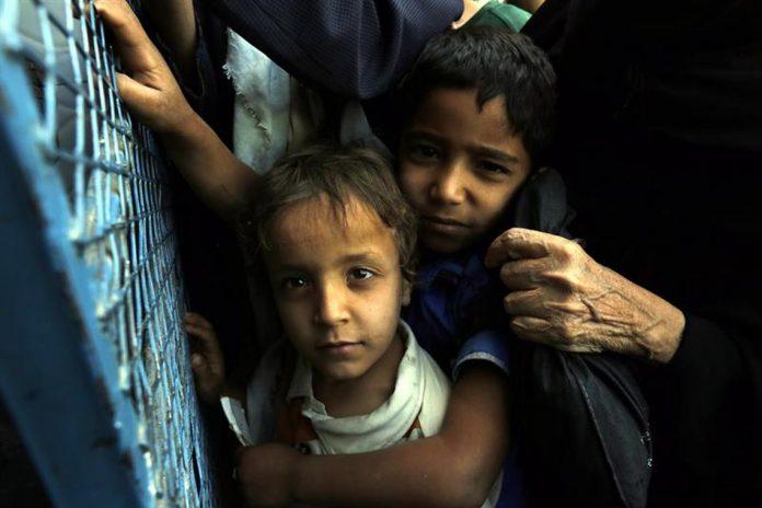 Crianças morrem de fome no Iêmen (Foto: Yahya Arhab/EPA/EFE)