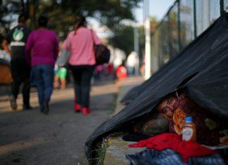 Migrante descansa em barraca montada na rua na Cidade do México — Foto Hannah McKay Reuters
