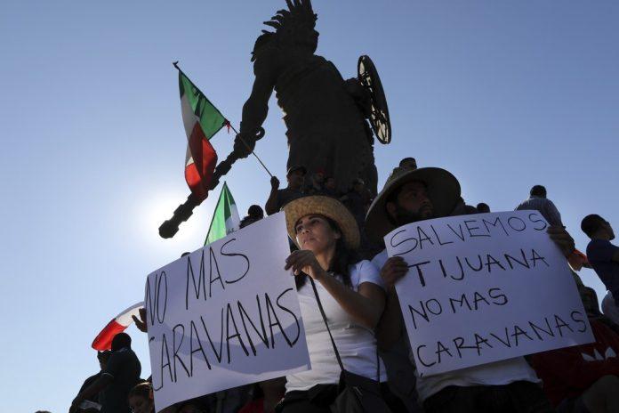 Moradores de Tijuana, no México, protestam contra caravana de migrantes — Foto Rodrigo Abd AP Photo