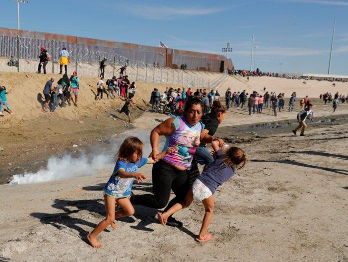 Oficiais dos EUA tentam conter imigrantes com gás lacrimogêneo Foto Reuters