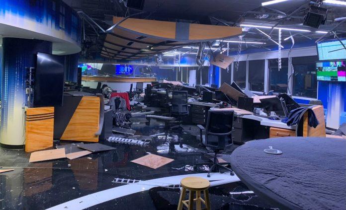Redação da KTVA em Anchorage, Alasca, depois do terremoto