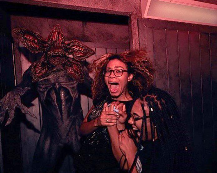 Visitantes se assustam na casa do Halloween Horror Nights