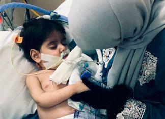 iemenita Shaima Swileh abraça o filho Abdullah Hassan no hospital, em Oakland, na Califórnia, após receber autorização para entrar nos EUA e ficar com ele