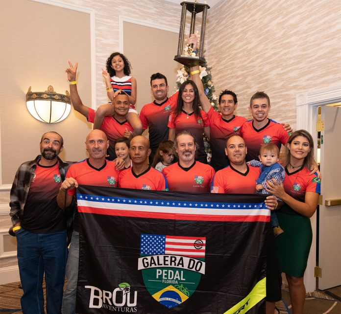 Campeões, amigos, familiares e apoiadores da Galera do Pedal Flórida pousam para foto em noite de premiações do Florida State Championship