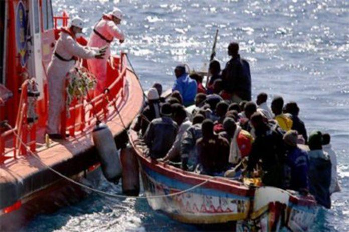 A embarcação de socorro chegou a resgatar com vida 33 imigrantes